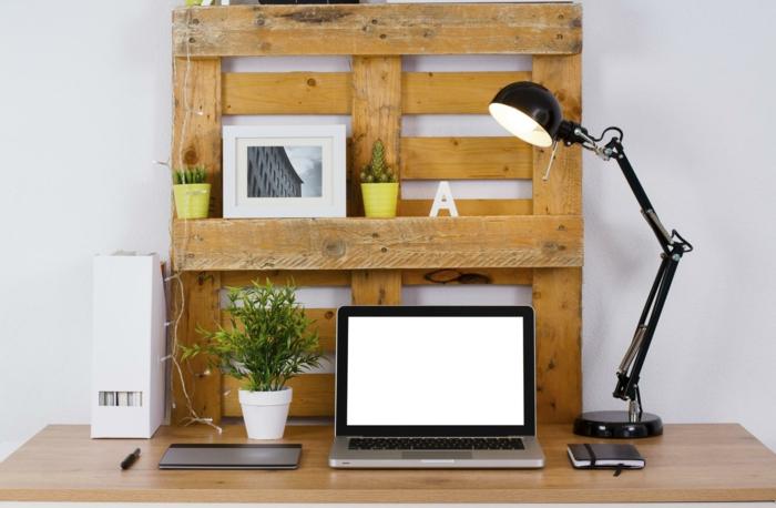 muebles con cajas de fruta, estantería en escrutorio de madera reciclada, plantas, fotos y lampara