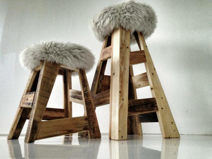 cosas hechas con palets, sillas de palets reciclados con cojines decorativos de pelo