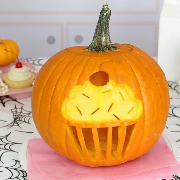 fotos de calabazas de Halloween, calabaza pequeña tallada con forma de muffin