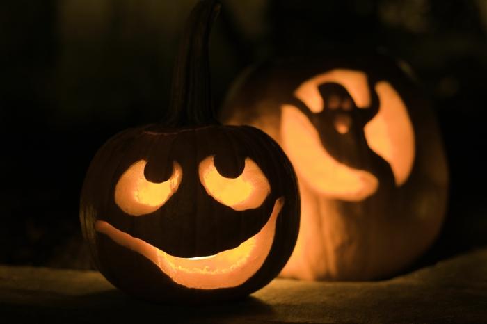 fotos de calabazas de Halloween, calabazas talladas con cara y espíritu iluminadas