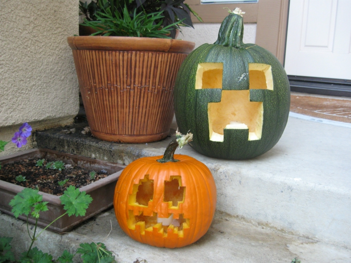 calabazas de Halloween, calabaza verde y naranja, talladas con ojos y bocas