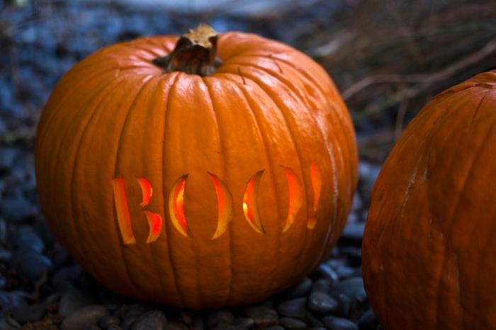 calabazas de Halloween, calabaza tallada con letras boo!