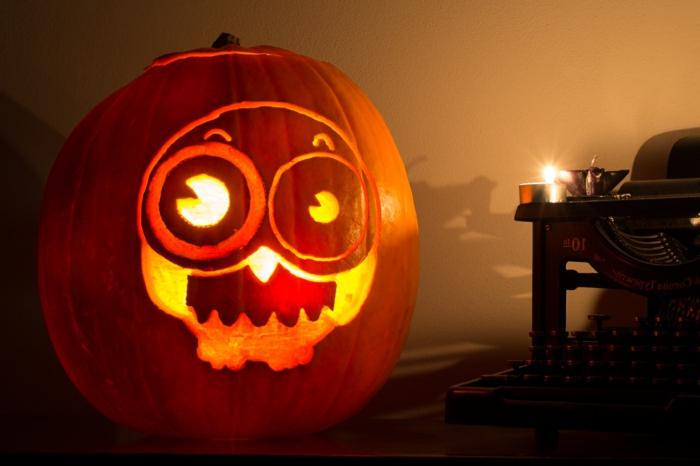 calabazas de Halloween, calabaza iluminada tallada con cara, grandes ojos