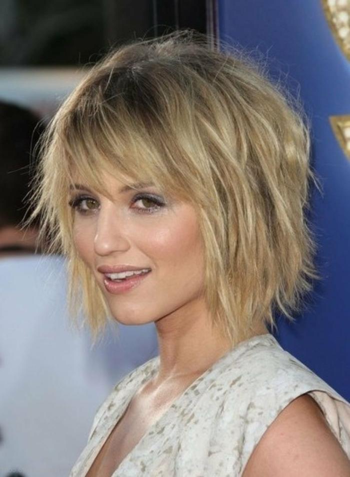 melenas cortas, mujer en perfil, cabello corto estilo bob rubio, flequillo largo recto