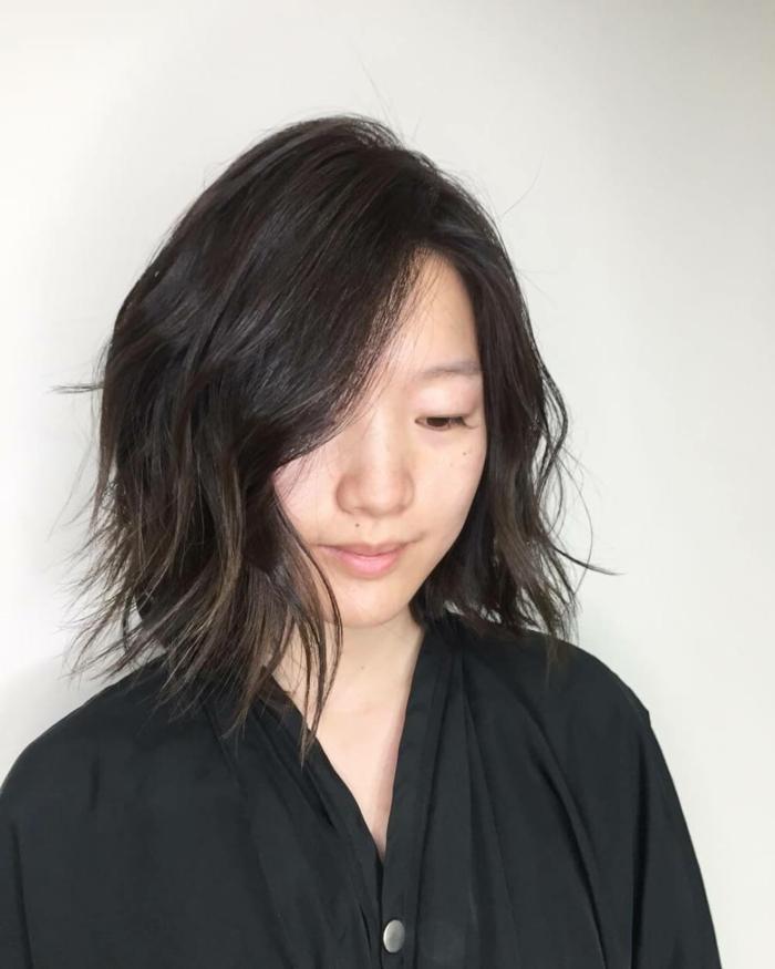 melenas cortas, mujer asiatica con pelo corto estilo bob, raya ladeada