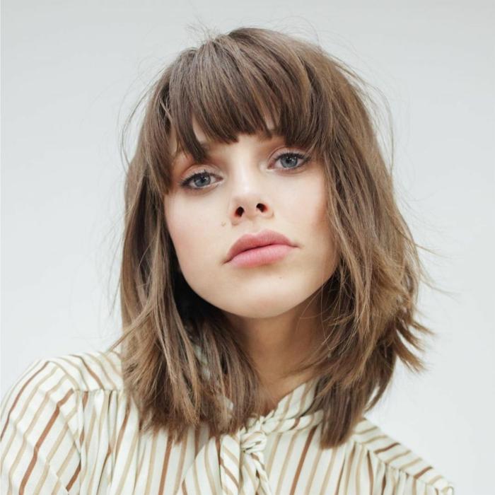 corte de pelo a capas, mujer con pelo corto estilo bob y flequillo recto