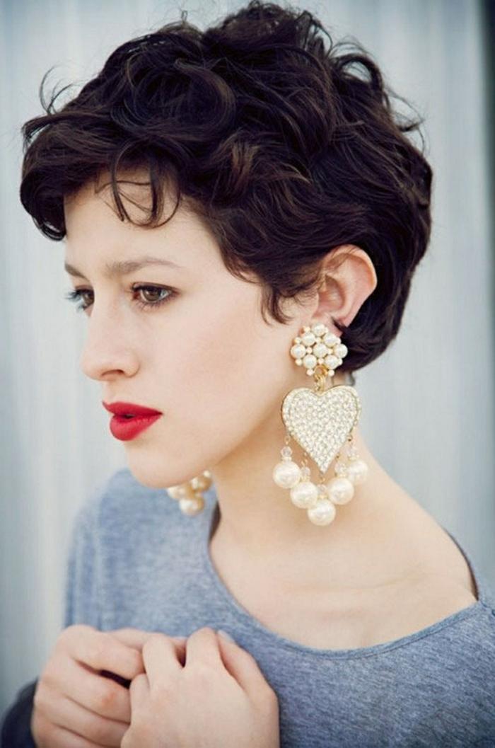 melenas cortas, mujer con labios rojos y pendientes corazon, pelo corto corte pixie