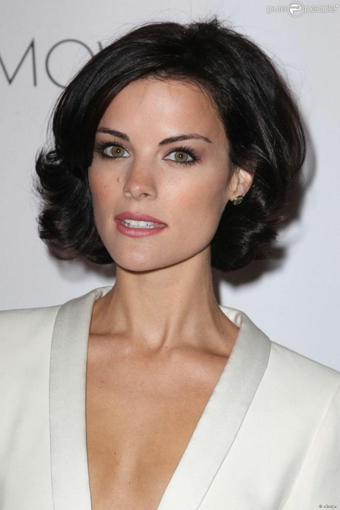 recogidos pelo rizado, mujer en blanco, pelo oscuro corto ondulado, corte bob con raya al costado