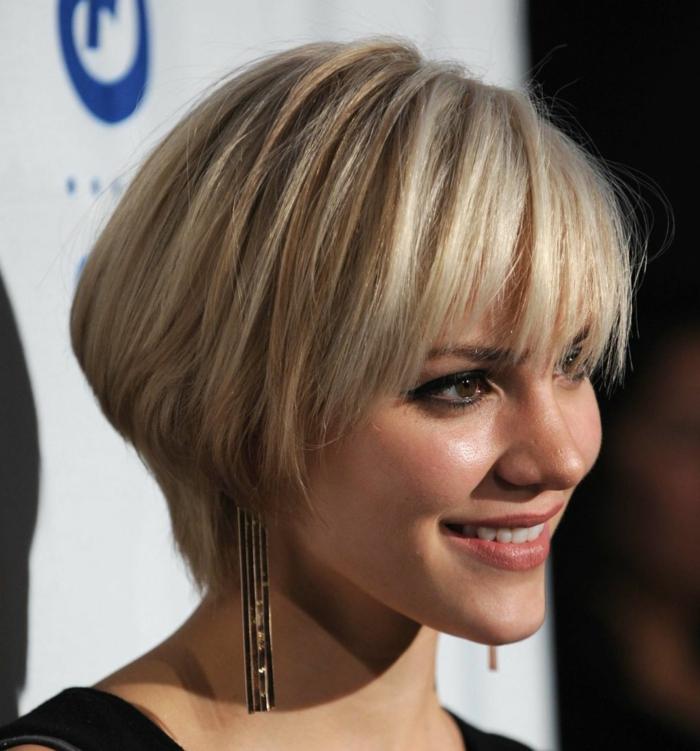 cortes de pelo corto mujer, mujer de perfil con cabello rubio corto, corte bob a capas, flequillo recto