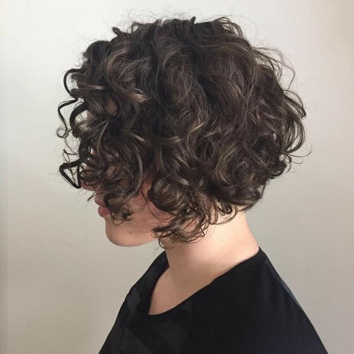 recogidos pelo rizado, mujer de perfil con pelo negro, corte bob con flequillo, blusa negra