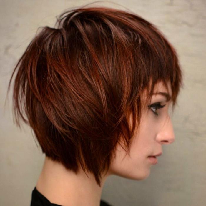 melenas cortas, mujer de perfil con pelo rojizo, corte bob a capas, flequillo regular