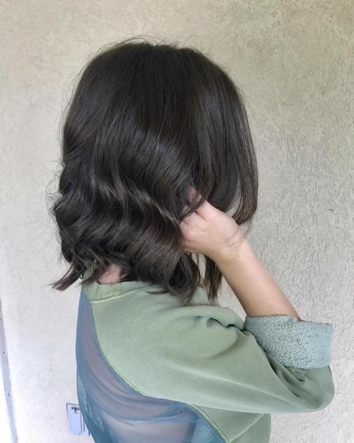 cortes de pelo corto mujer, mujer de perfil con pelo ondulado corto, corte bob