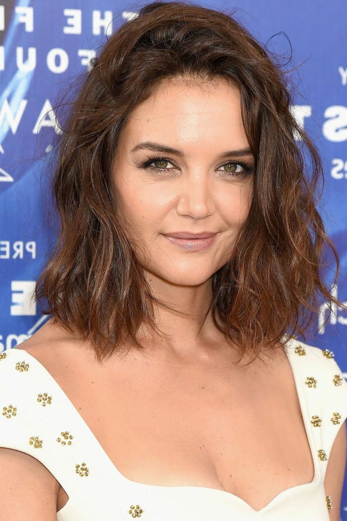 cortes de pelo corto mujer, Katie Holmes con corte bob, pelo ondulado con efecto despeinado