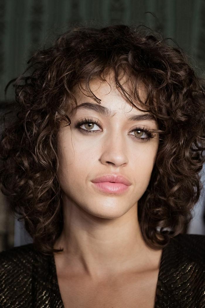 cortes de pelo mujer, mujer con pelo rizado y flequillo, corte bob