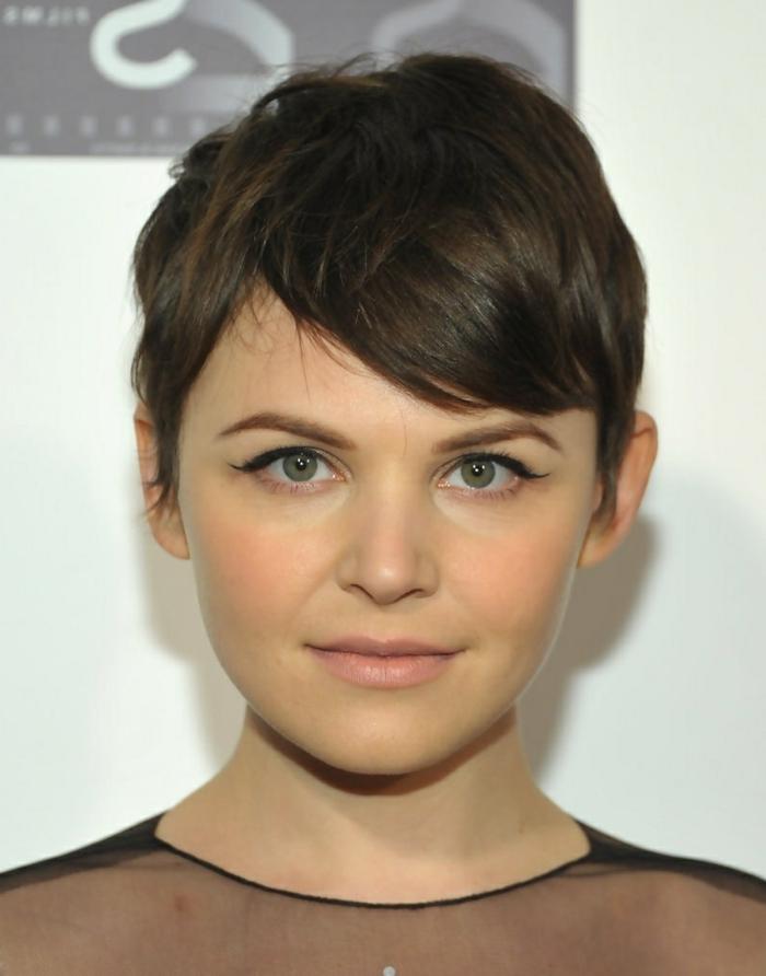 corte de pelo a capas, mujer con ojos verdes, pelo corto estilo garçon, flequillo ladeado