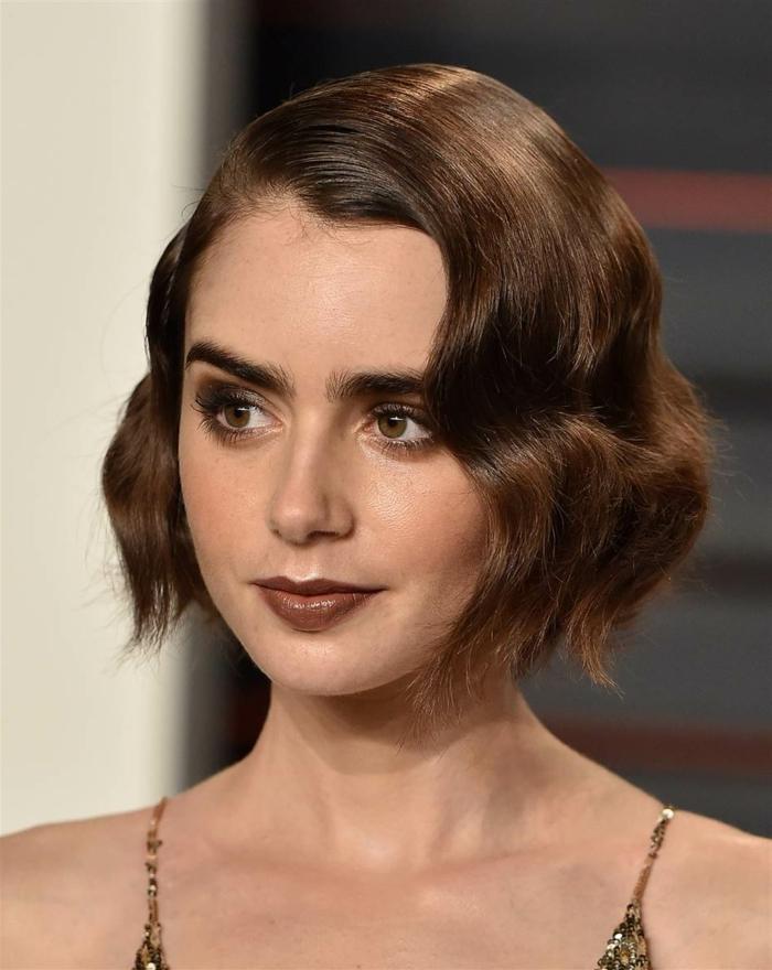 melenas cortas, mujer von corte bob corto painado con cera, raya a lado, ligeramente ondulado