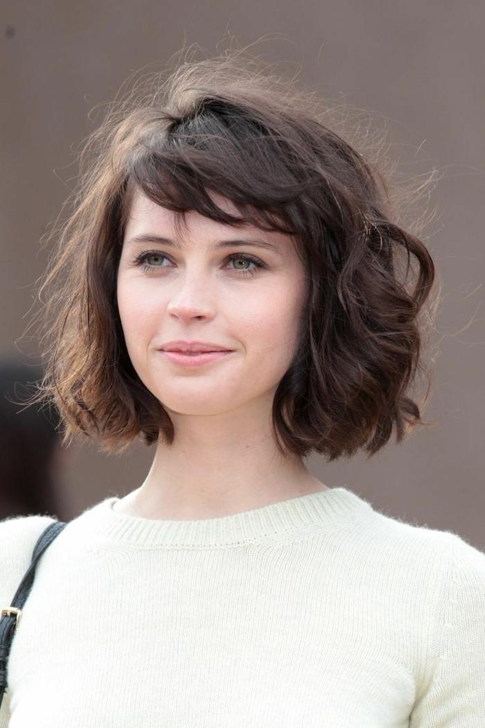 cortes de pelo corto, mujer en blusa blanca, pelo ondulado corte bob, flequillo ladeado