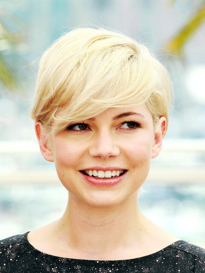 corte de pelo a capas, mujer rubia con pelo corto, corte pixie con flequillo ladeado