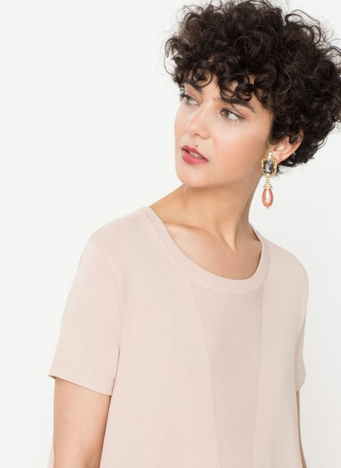 peinados pelo rizado, mujer con blusa beige, pelo rizado corte garcon con flequillo