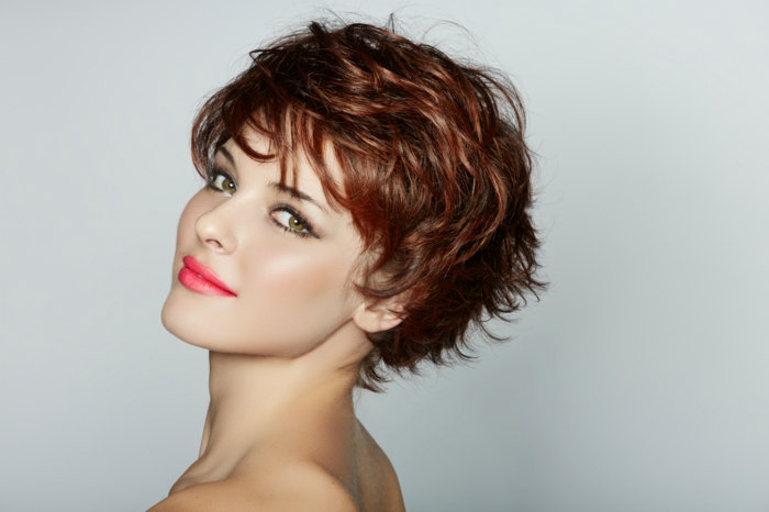 peinados pelo rizado, mujer con cabello rojo, corte pixie con flequillo regular