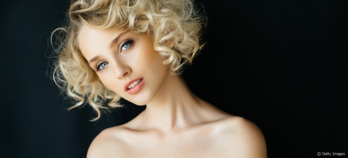peinados pelo rizado, mujer con pelo corto estilo bob, raya a un lado