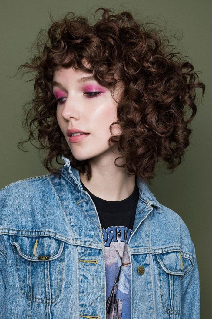 media melena rizada, mujer con maquillaje rojo, pelo al hombro, flequillo regular