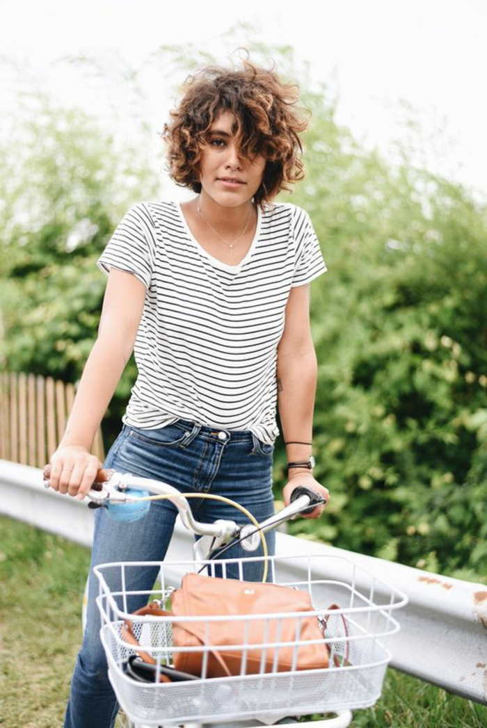 media melena rizada, mujer con blusa rayada y bicicleta, corte bob rizado estilo ombre