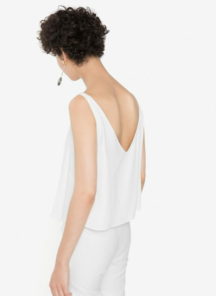 media melena rizada, mujer de espaldas con ropa blanca, corte pixie rizado