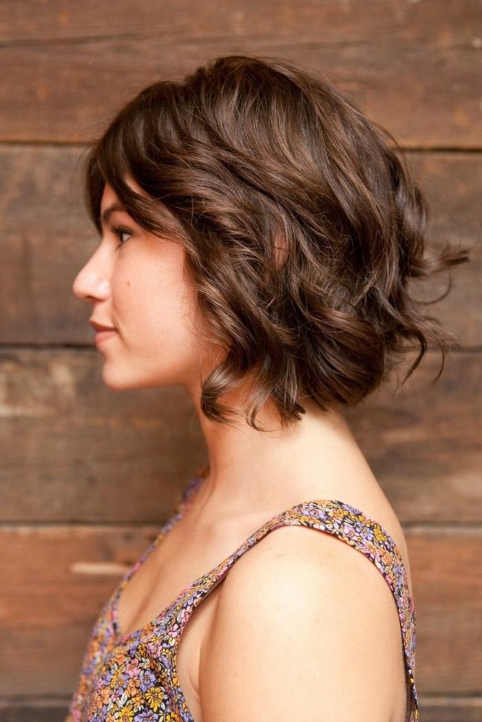 media melena rizada, mujer de perfil con pelo ondulado corte bob, flequillo largo
