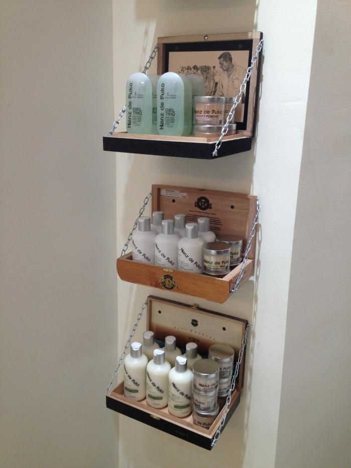 restaurar muebles, estantes en pared de cajas de madera, productos de belleza