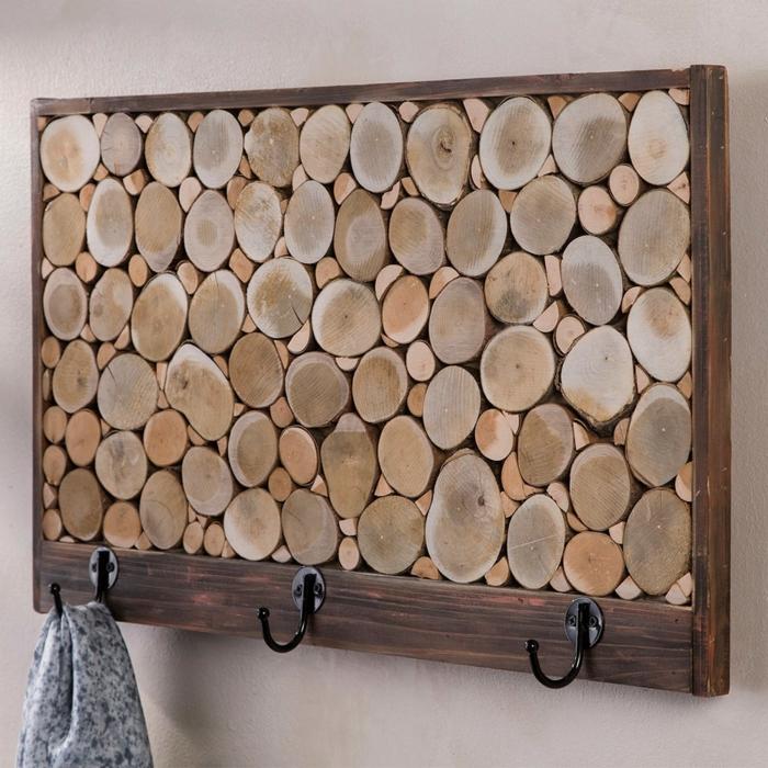 muebles con palets, percha de pared de madera rustica y palets con pañuelo