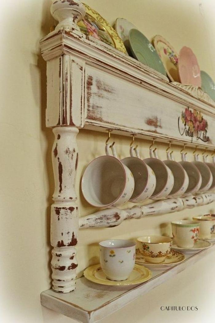 cosas hechas con palets, estantría portatazas de pared en blanco con platillos