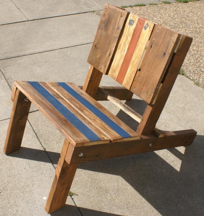 como hacer muebles con palets, silla baja de jardín con palets reciclados en azul y naranja