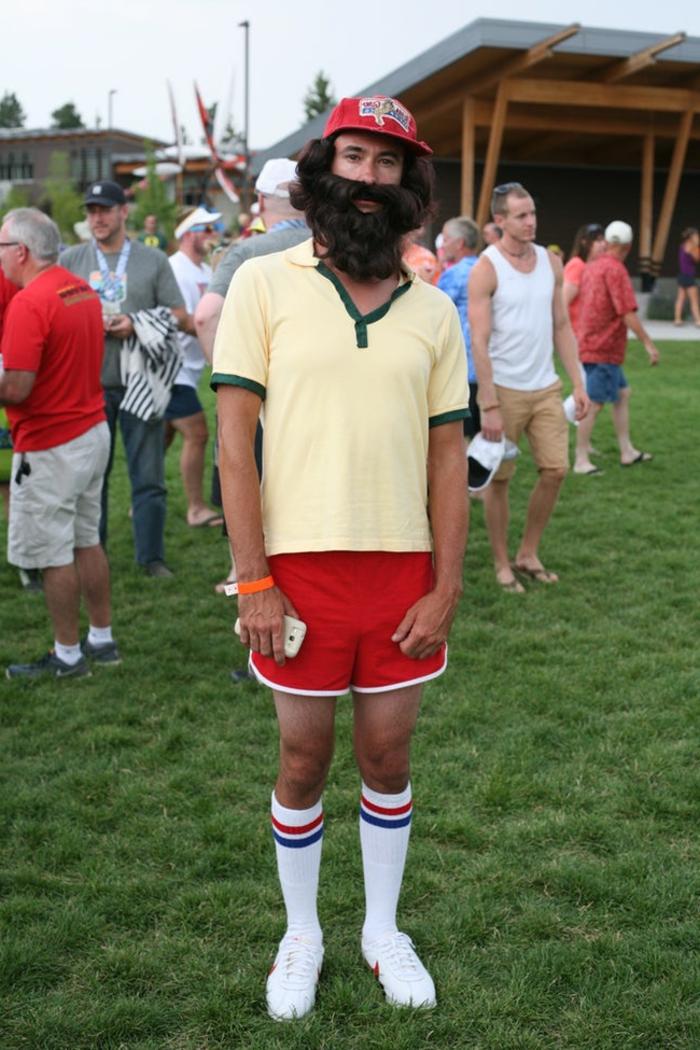 disfraces faciles, hombre con barba artificial, shorts rojos, gorra y calcetines largos blancos