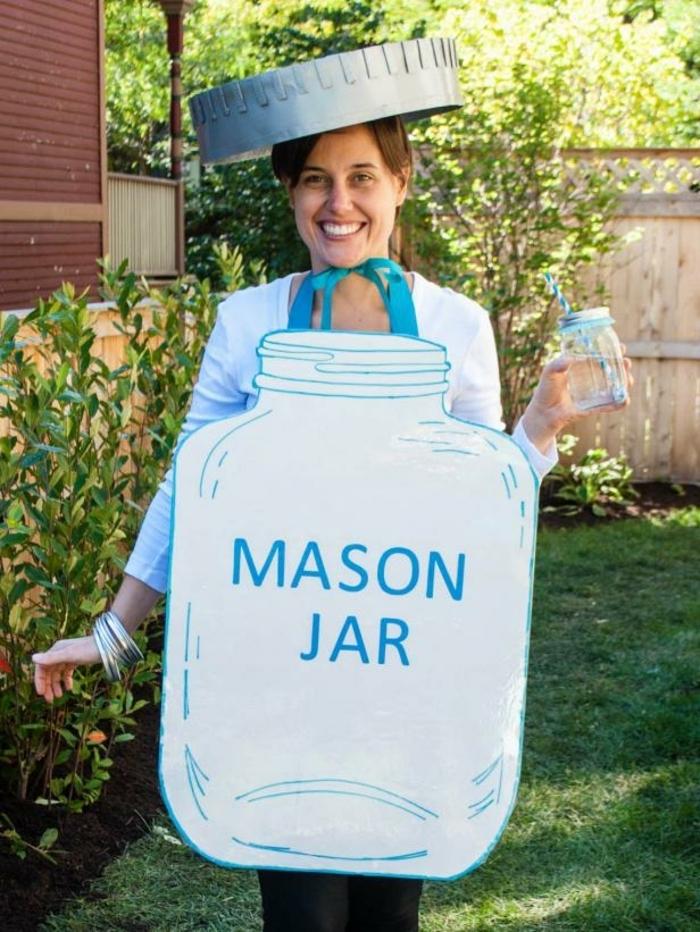 disfraces faciles, mujer disfrazada de frasco de marmelada enorme y azul