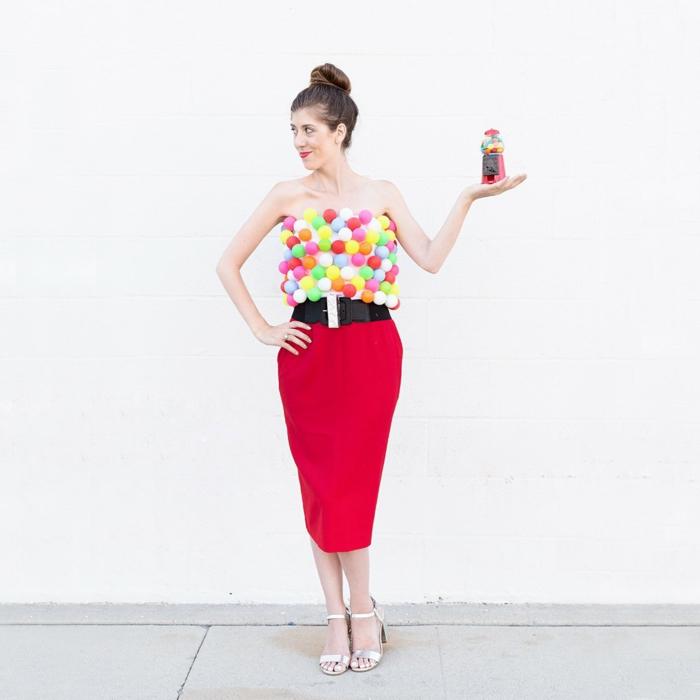 disfraces faciles, mujer vestida de máquina de bolas de chicles con falda roja
