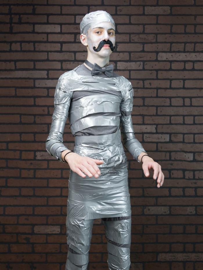 disfraces halloween caseros, disfraz de hombre con cinta plateada y bigote negro