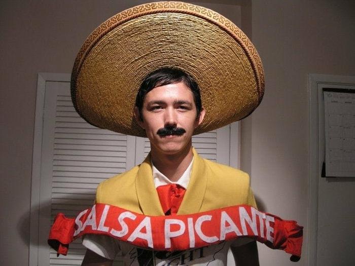 disfraces halloween caseros, hombre con sombrero grande, traje amarillo y salsa picante
