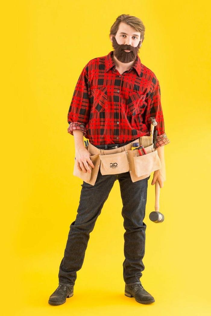disfraces caseros originales, hombre con disfraz de carpintero con barba artificial y cinturón portaherramientas
