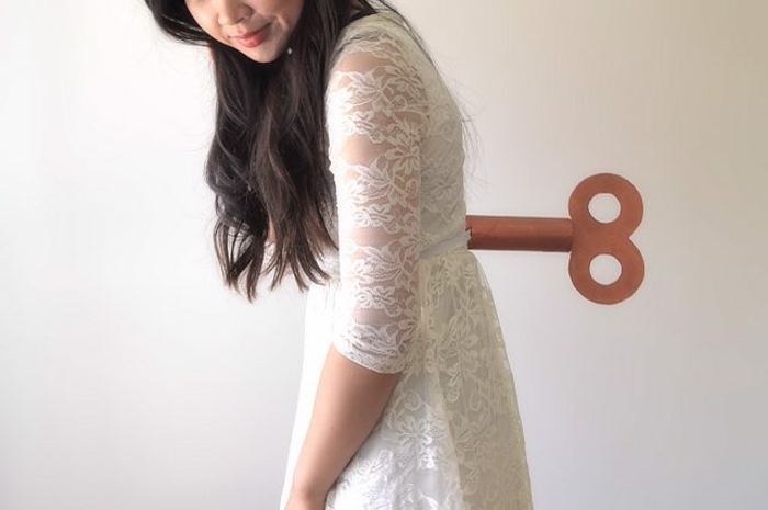 disfraces faciles, mujer disfrazada de muñeca llave con vestido blanco con bordado