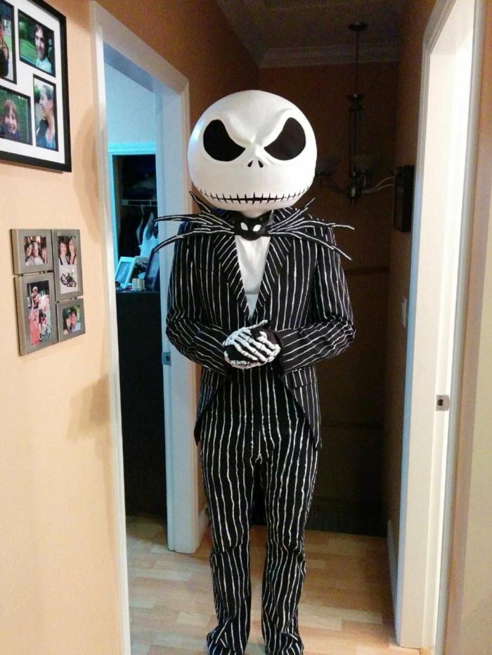 disfraz casero, hombre disfrazado de monstruo con traje y máscara blanca
