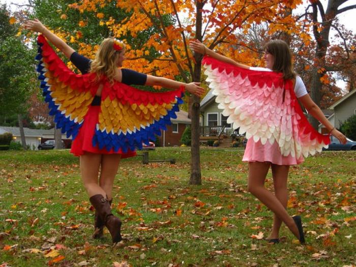 disfraz casero, dos mujeres disfrazadas con alas de pajaro en un parque de otoño
