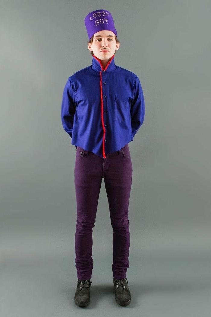 disfraces caseros, hombre disfrazado de lobby boy de la película grand hotel budapest