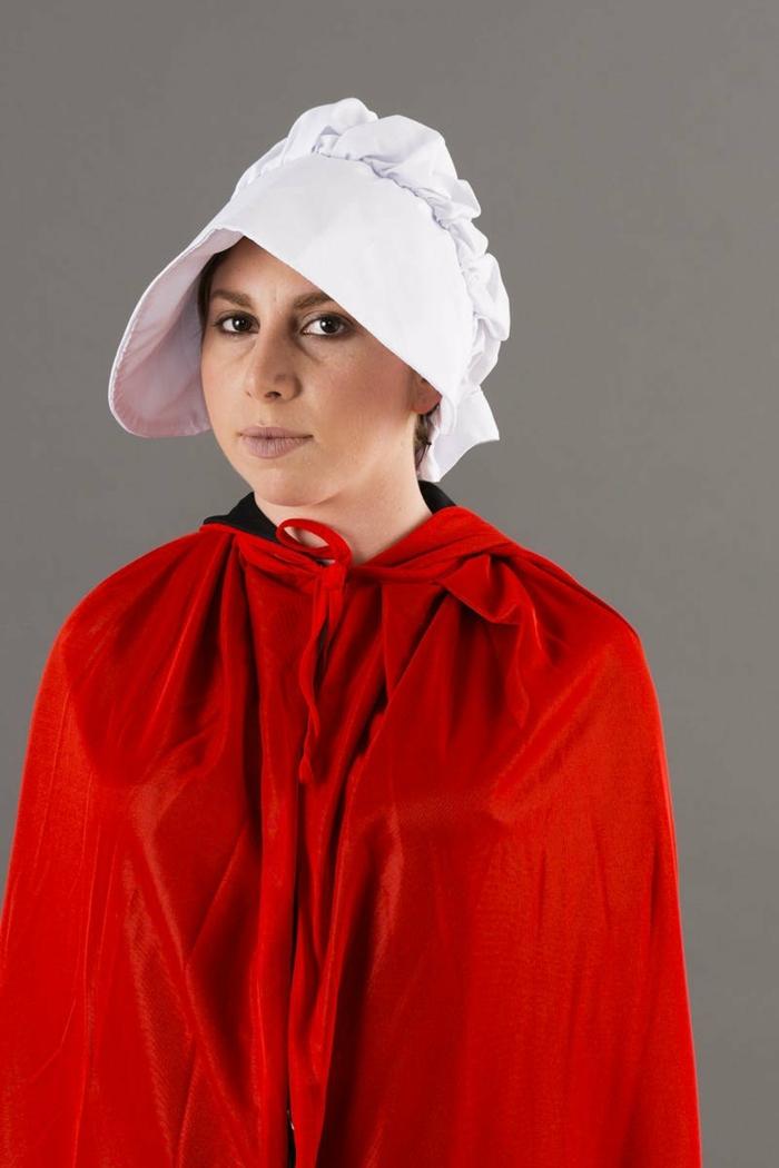 disfraces caseros, mujer disfrazada de personaje del cuento de la criada