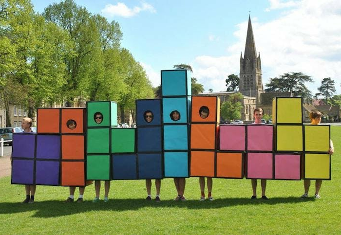 disfraces de carnaval, familia disfrazada de cubo de rubic en parque