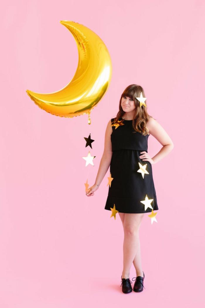 disfraces de carnaval, mujer con vestido negro, globo luna dorada y estrellas
