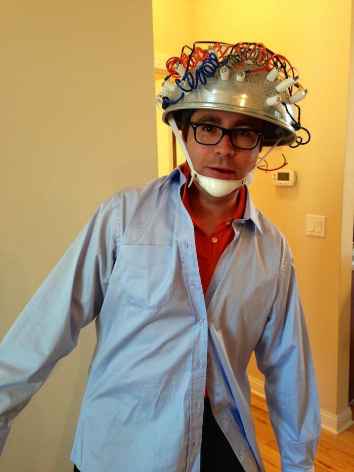 disfraces originales caseros, disfraz de científico para hombre con gorro eléctrico