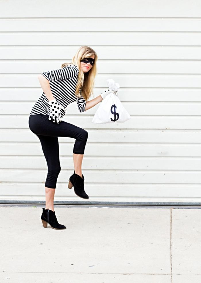 disfraces caseros originales, mujer disfrazada de ladrona con ropa rayada, guantes y bolsa con dolares