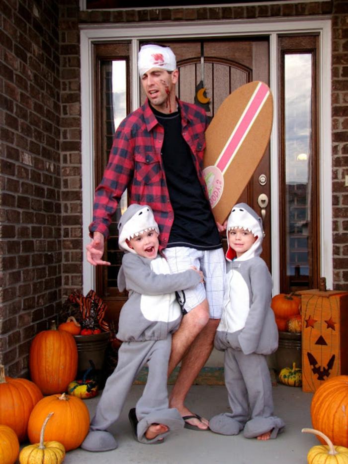 disfraces originales caseros, padre surfista herido, hijos con disfraz de tiburones