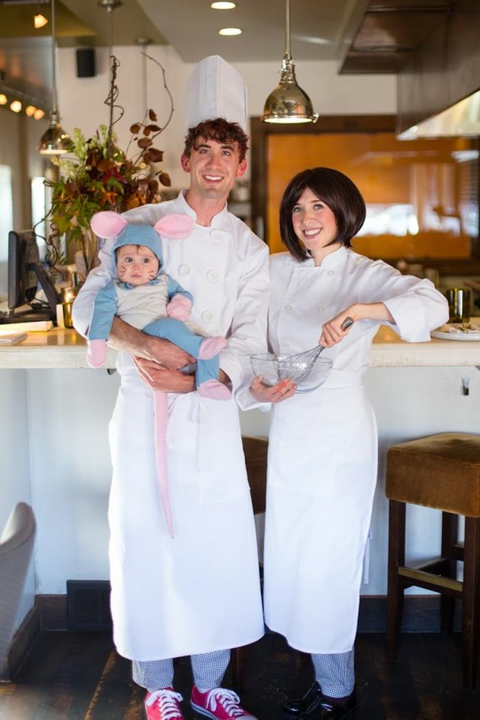 disfraces faciles de hacer, disfraz de familia con padres cocineros en blanco y niño vestido de ratón